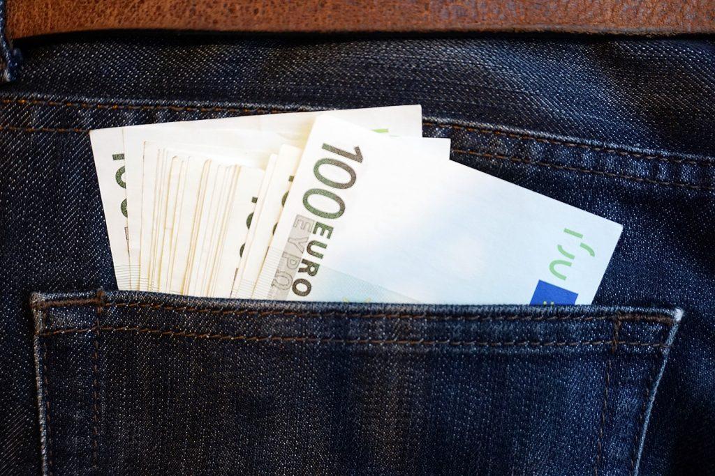 billets-dans-une-poche-arriere